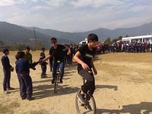 尼泊爾山上學校一輪車表演