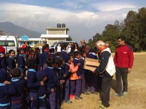 尼泊爾山上學校分送餅乾